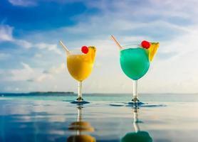 Cocktail in der Nähe des Schwimmbades foto