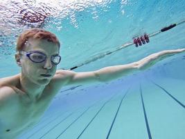 Mann schwimmt unter Wasser foto