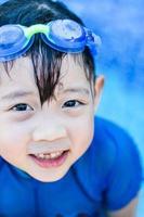 kleines Mädchen am Schwimmbad foto