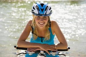 Frau trägt einen Fahrradhelm. foto