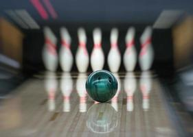 Bowlingkugel geht in die Stifte. Bewegungsunschärfe. foto