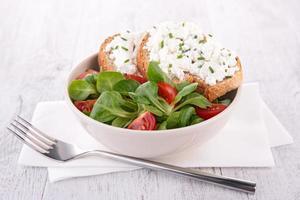 Salat mit Brot und Käse foto