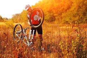 Fahrradreparatur. junger Mann, der Mountainbike repariert