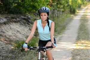 Frau genießen Freizeit Mountainbiken