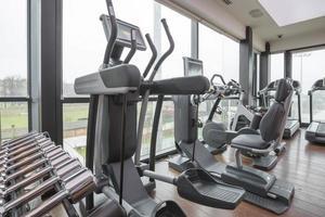 modernes Fitnessstudio Interieur foto