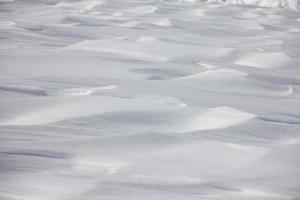 schneebedeckter Berghanghintergrund