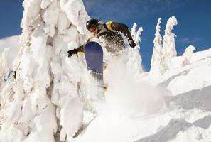 Snowboarder beim Sprung foto