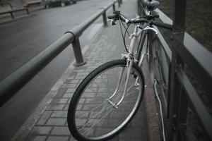 altes Fahrrad auf der Straße foto