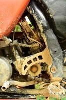 Motocross-Bike mit schlammigen Motorkomponenten foto