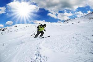 Skifahrer im Hochgebirge foto