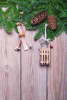Tannenzweige mit Zapfen und Weihnachtsschmuck foto