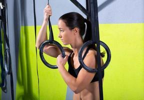 Turnhalle Dip Ring Frau entspannt nach dem Training im Fitnessstudio foto