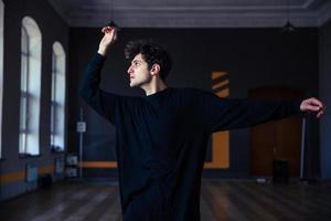 schöner junger Mann, der im Fitnessstudio tanzt foto