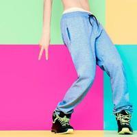Tänzerfüße auf hellem Hintergrund. Tanzen, Aktiv, Sport, Mode foto