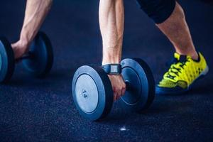 Sportlehrer im Fitnessstudio macht Liegestütze