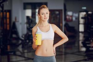 schöne Blondine macht Gymnastikübungen foto