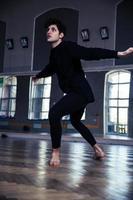 junger Mann mit lockigem Haar tanzen foto