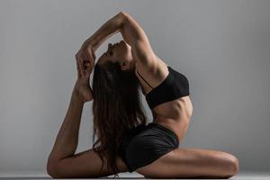 Yoga-Mädchen in Asana foto