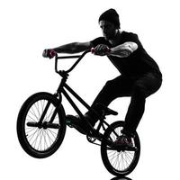 Mann BMX akrobatische Figur Silhouette foto