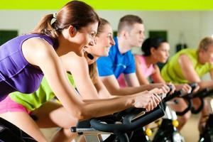Indoor-Fahrradfahren im Fitnessstudio foto