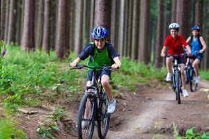 aktives Familienradfahren foto