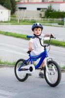 Junge, der Fahrrad fährt foto