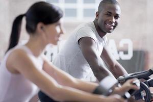 Paar Radfahren im Fitnessstudio foto