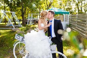 hübsche junge Jungvermählten mit Fahrrad