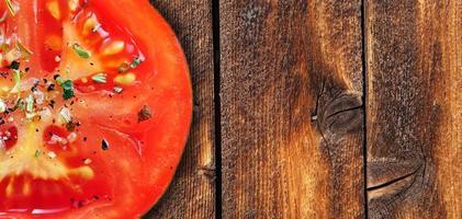 Tomate auf Holz foto
