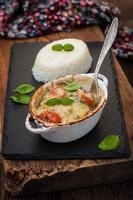 Fischauflauf mit Gemüse in weißer Sauce foto
