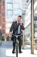 gutaussehende Männer gehen mit dem Fahrrad zur Arbeit foto