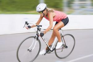 schnelles Fahrrad fahren im Freien foto
