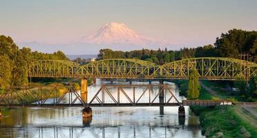 Eisenbahnwagen Brücken Puyallup Fluss mt. regnerischer Washington foto