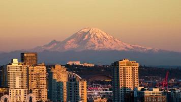 schöne Seattle am Abend mit Raumnadel und mt.rainer