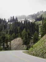 Straße den nebligen Berg hinauf