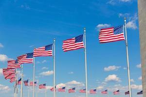 Washington Monument und amerikanische Flaggen foto
