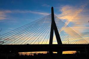 Zakim Bunker Hill Gedenkbrücke bei Sonnenuntergang