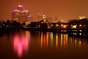 Reflexion der Skyline von Detroit während des Bewusstseinsmonats für Brustkrebs foto