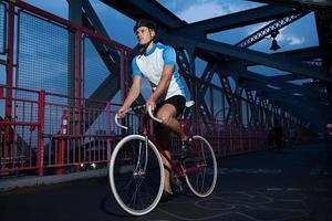 Radfahrer fahren auf Brücke foto