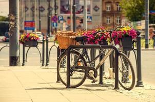 Stadtfahrrad auf der Straße geparkt foto