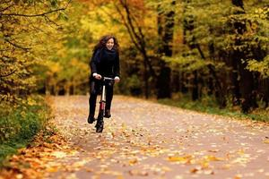 Spaß beim Radfahren im Herbstpark foto