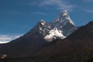 Mount Ama Dablam in der Nacht. foto