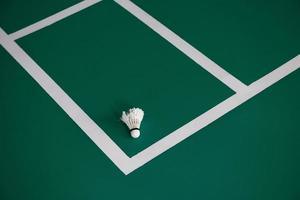 benutzte Federball am Rande eines Badmintonplatzes
