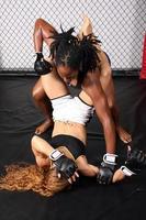zwei weibliche mma kämpferinnen