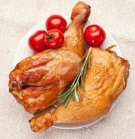 geräuchertes Huhn mit Tomaten. foto