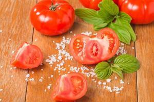 frische Tomaten mit Salz