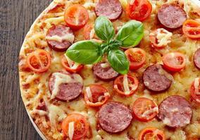Salami und Tomatenpizza foto