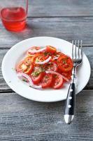 knuspriger Salat mit Tomaten foto