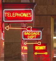 rote Leuchtreklame Innendepot Beschilderung Pfeil zeigt Gepäck Telefon foto