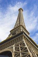 Eiffelturm unter sonnigem Tag und blauem Himmel foto